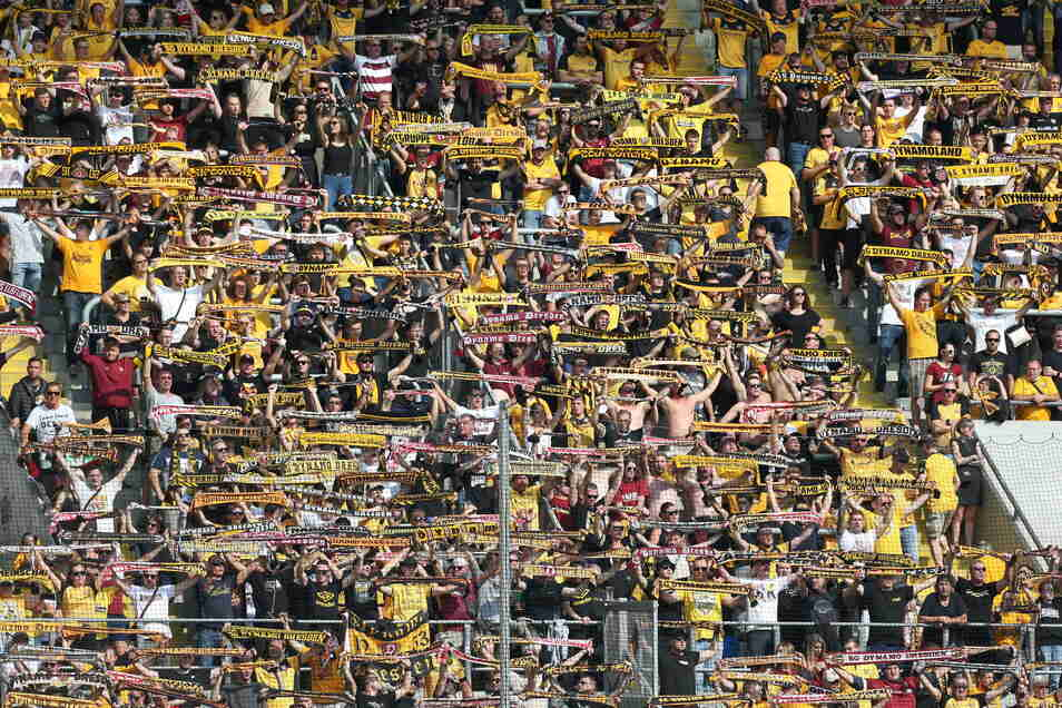 Auch wenn es anders aussieht: Der K-Block im Rudolf-Harbig-Stadion darf derzeit nur zu 50 Prozent gefüllt werden – wie hier am Sonntag gegen Bremen. Daran wird sich wohl auch dann nichts ändern, wenn der Freistaat Sachsen die Corona-Auflagen weiter locker