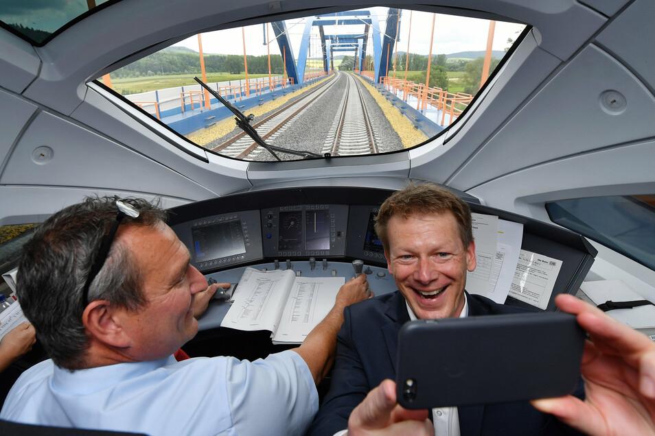 Bahn-Vorstandschef Richard Lutz (r) sitzt am während einer Testfahrt mit dem ICE-Sprinter auf der Neubaustrecke Erfurt - Bamberg im Führerstand und macht mit dem Smartphone ein Selfie.