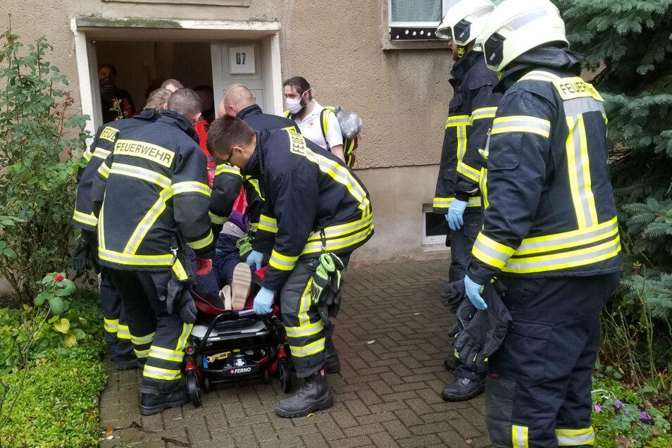 Mit einem Tragetuch wurde die Betroffene von den Kameraden über das Treppenhaus aus der fünften Etage nach unten getragen.