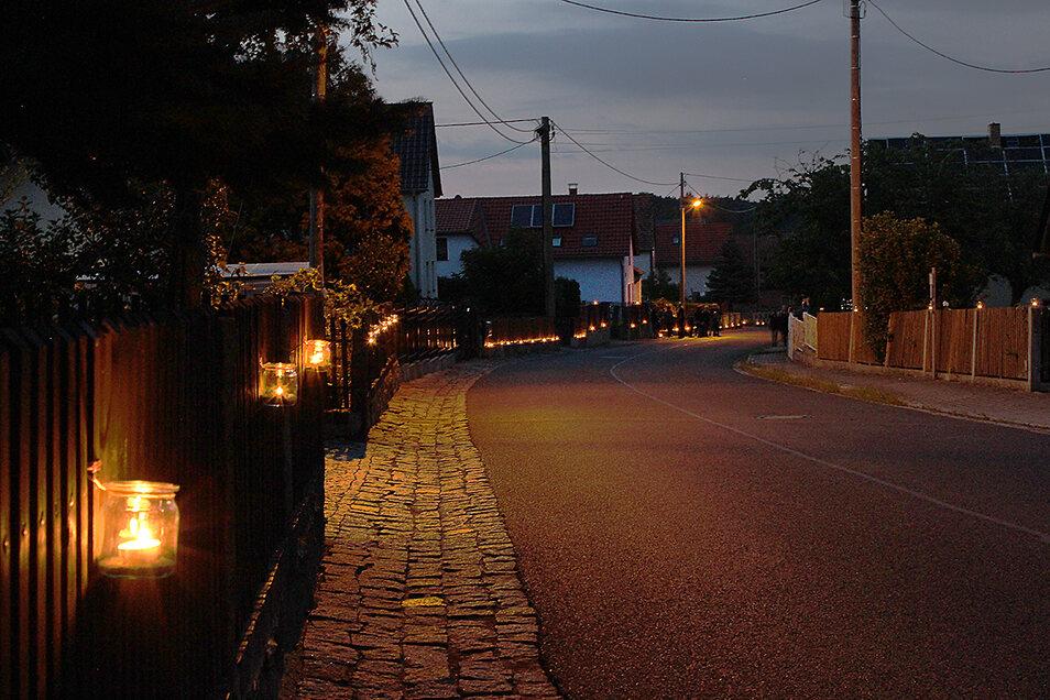 Am Abend wurde das ganze Dorf festlich mit Kerzen illuminiert.