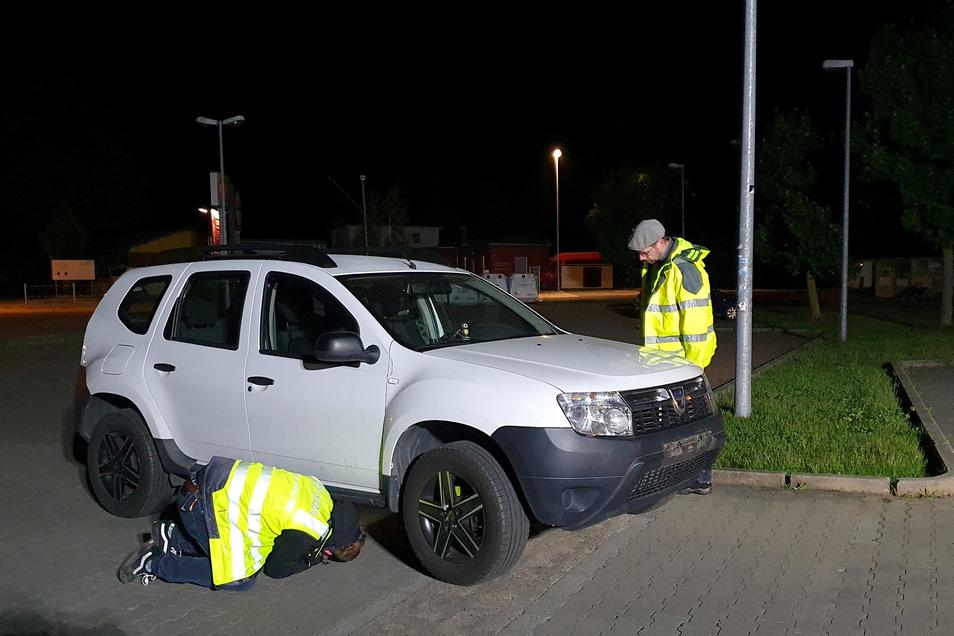 Das Auto, das angegriffen wurde und dann den Mann überrollte, wird auf Spuren untersucht...