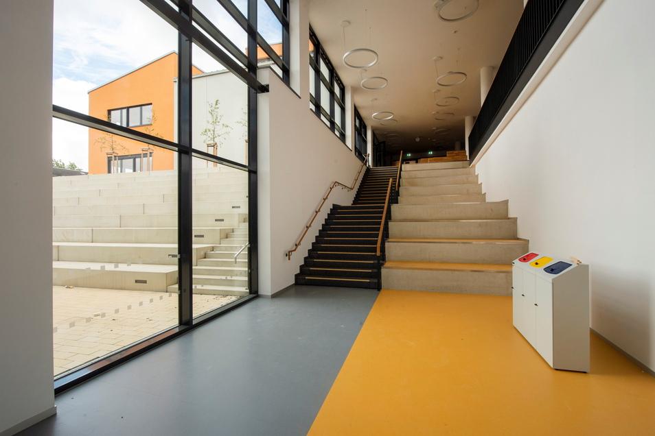 Diese Treppe führt zum Eingangsbereich der Schule.
