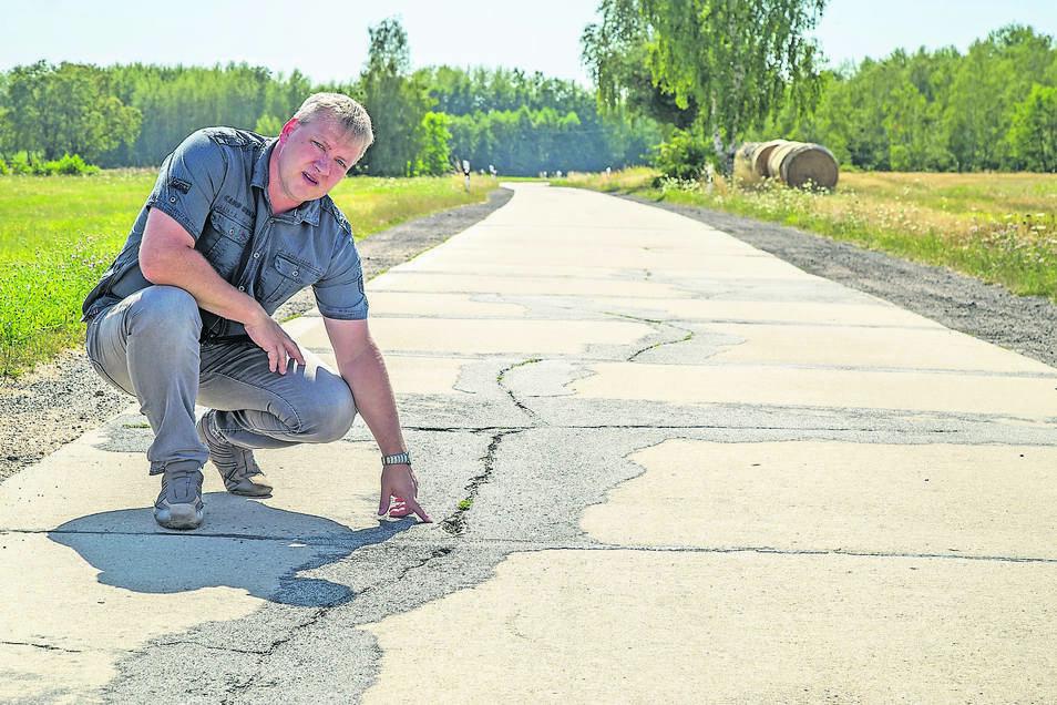 Biehains Ortsvorsteher Jörg Koltermann ist sauer, weil die Straße nach Horka auch in diesem Jahr noch nicht saniert werden kann. Foto: André Schulze
