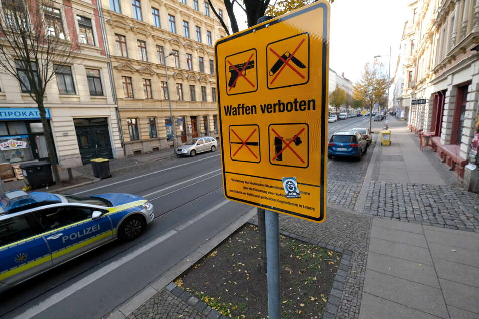 Ein Schild deutet auf der Eisenbahnstraße in Leipzig auf die dortige Waffenverbotszone hin.