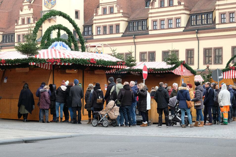 """Besucher des Leipziger Weihnachtsmarktes warten auf die Öffnung eines Standes mit den limitierten """"Moppi""""-Tassen."""