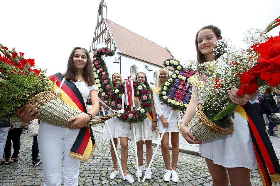 Blütenpracht und weiße Kleidung sind ein wichtiger Bestandteil des Kamenzer Forstfestes. Wie es sich über die Jahre entwickelt hat, zeigt jetzt eine Ausstellung.