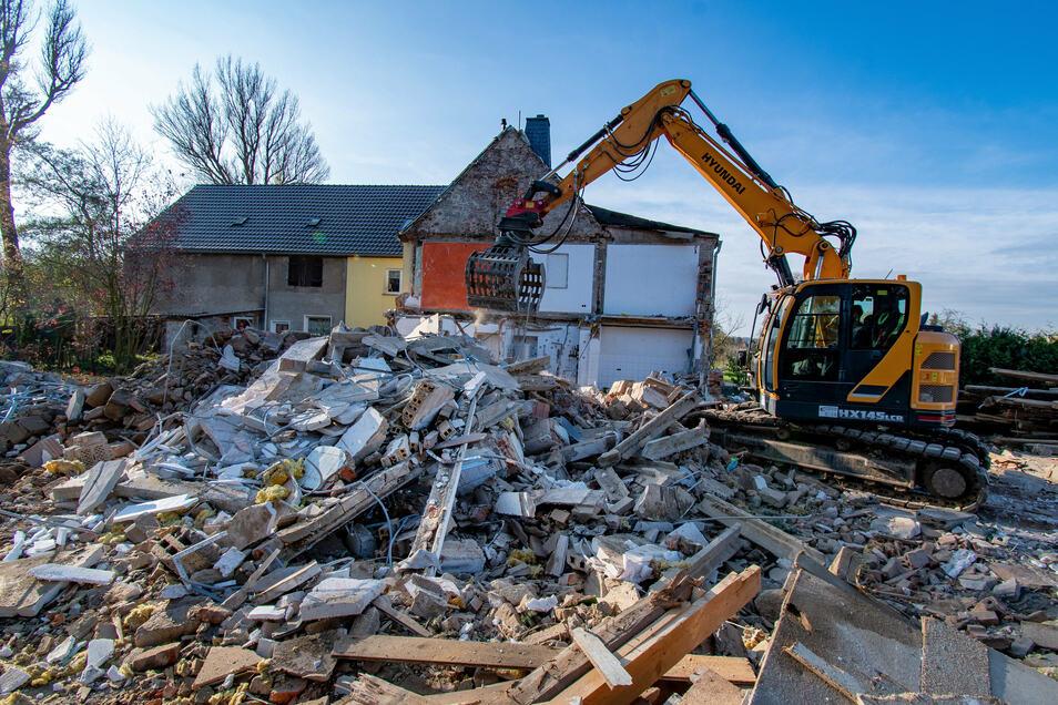 In Altleisnig ist jetzt ein Wohngebäude abgerissen worden. Die Flut 2013 hatte es unbewohnbar gemacht.