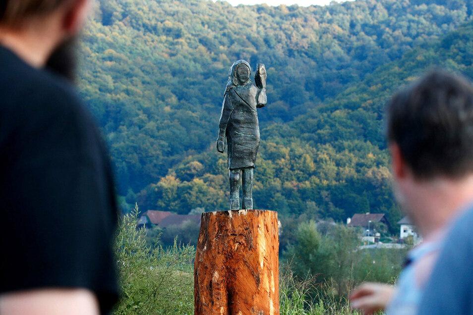 Einheimische betrachten eine Bronzestatue, die die amerikanische First Lady Melania Trump zeigen soll. Die Plastik wurde von dem in Berlin lebenden US-Künstler Brad Downey angefertigt, aus Bronze.