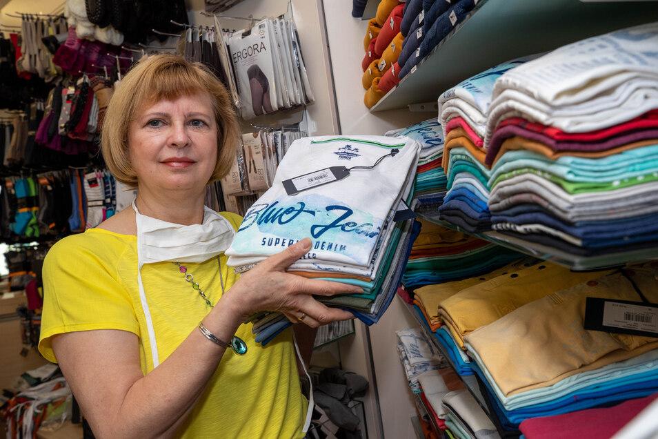 Die Regale voll, der Laden leer: Zur Überbrückung hat die Pirnaer Händlerin Christine Eisoldt von der Lichtblick-Stiftung 500 Euro bekommen.