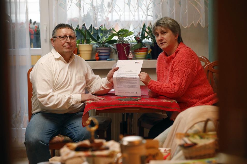 Andrea und Siegmar Schlegel in ihrer Olbersdorfer Neubauwohnung. Ab Januar wird sie teurer - und die Schlegels fragen sich: Warum eigentlich?