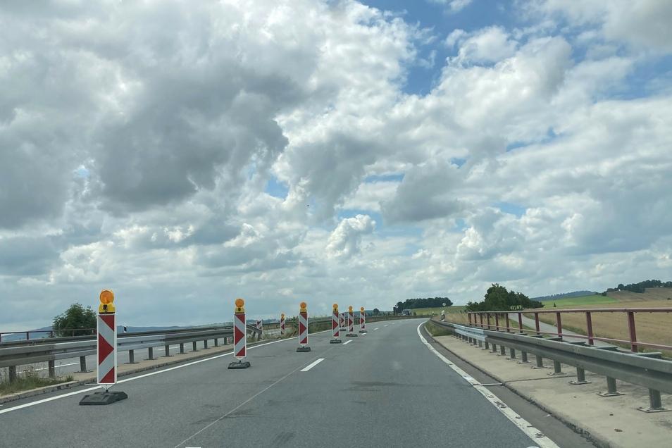 An der Unfallstelle auf der B178 wird der Verkehr in Fahrtrichtung Zittau jetzt auf einem kurzen Abschnitt einspurig geführt.