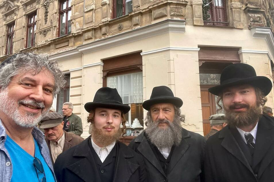 """Alex Jacobowitz (links) zusammen mit Statisten, die im Film """"Torstraße 1"""" jüdische Berliner spielen, an der Ecke Konsul-/Emmerichstraße."""