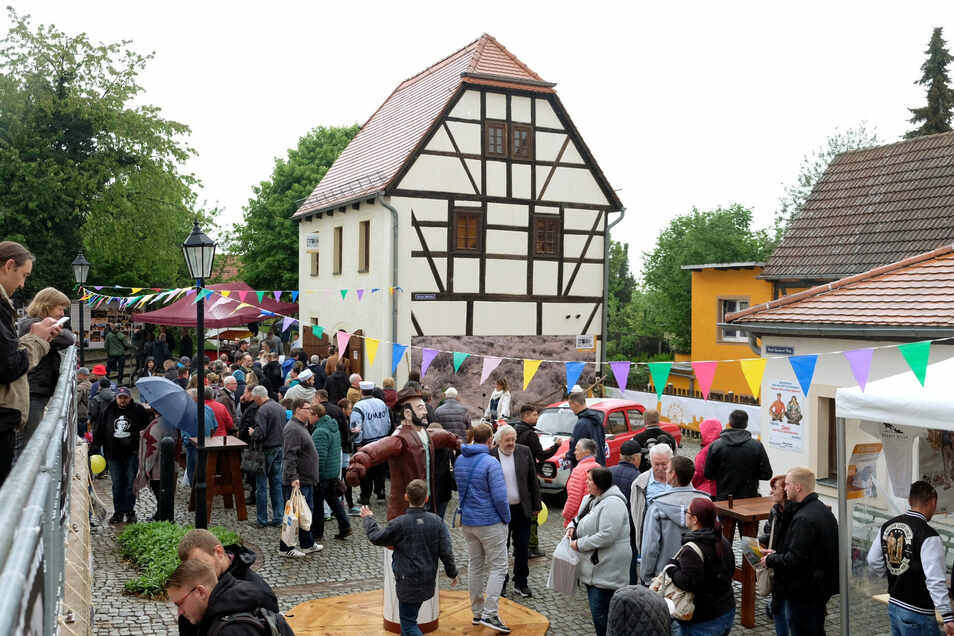 Riesenandrang zur Eröffnung des Terence-Hill-Museums am Sonnabend in Lommatzsch. Trotz des Regens waren hunderte Fans gekommen.