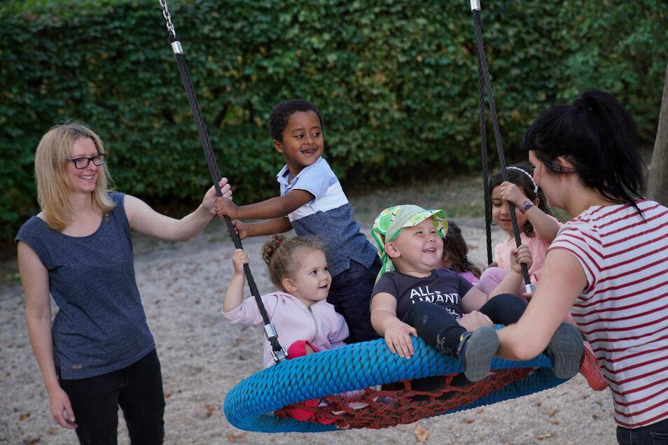 Erzieherin Diana Hille (l.) und Kulturdolmetscherin Ashlee Grey (r.) kümmern sich in der Prohliser Kita an der Finsterwalder Straße häufig um Kinder, die in problematischen Verhältnissen leben.