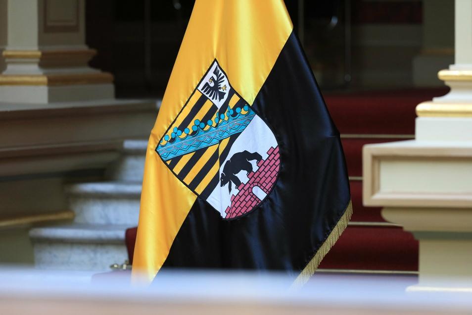 Eine Fahne des Landes Sachsen-Anhalt in der Staatskanzlei in Magdeburg: Dort ist der Koalitionsvertrag unterschrieben worden.