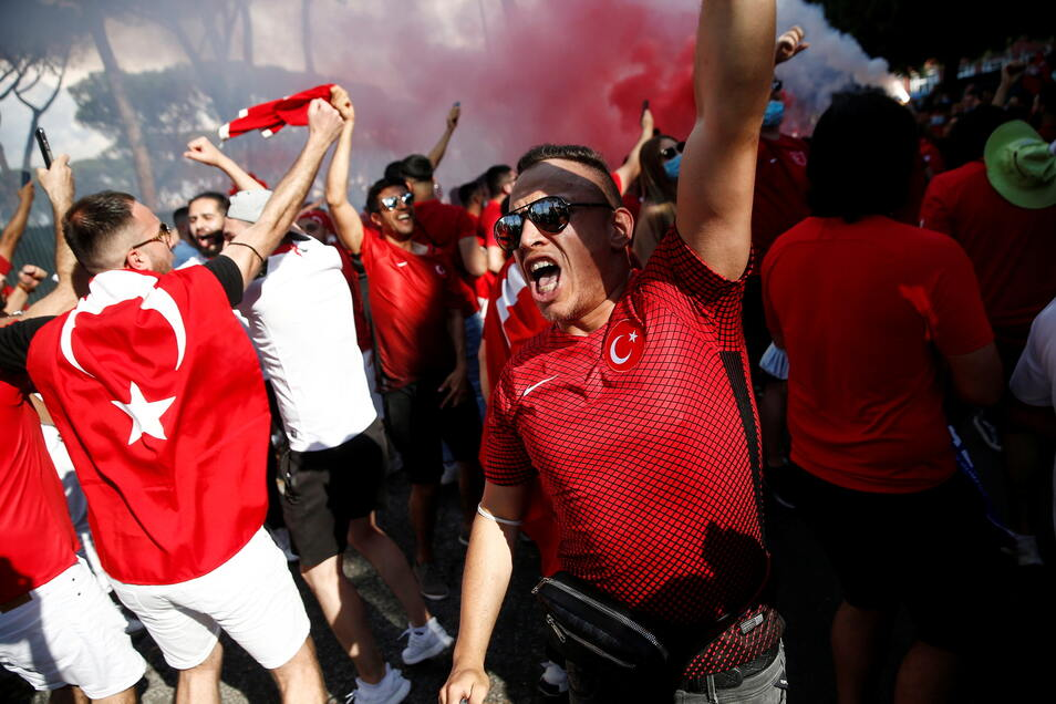 Vor dem Olympiastadion in Rom feiern vor allem türkische Fans. In einer Stunde wird das Auftaktspiel zwischen der Türkei und Italien angepfiffen.