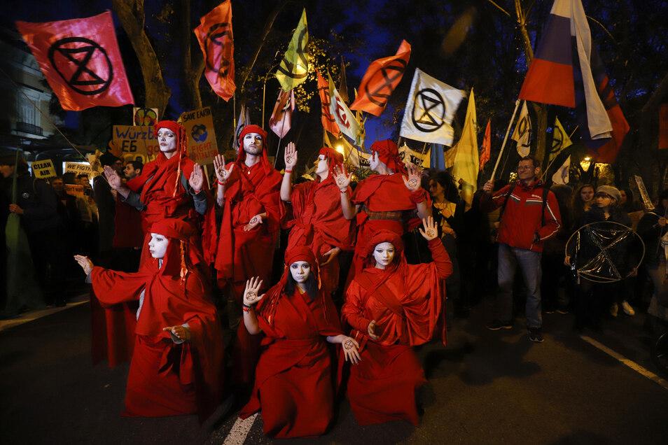 Auch Red Rebels von Extinction Rebellion traten bei dem Klimamarsch am Rande der Weltklimakonferenz in Madrid auf.