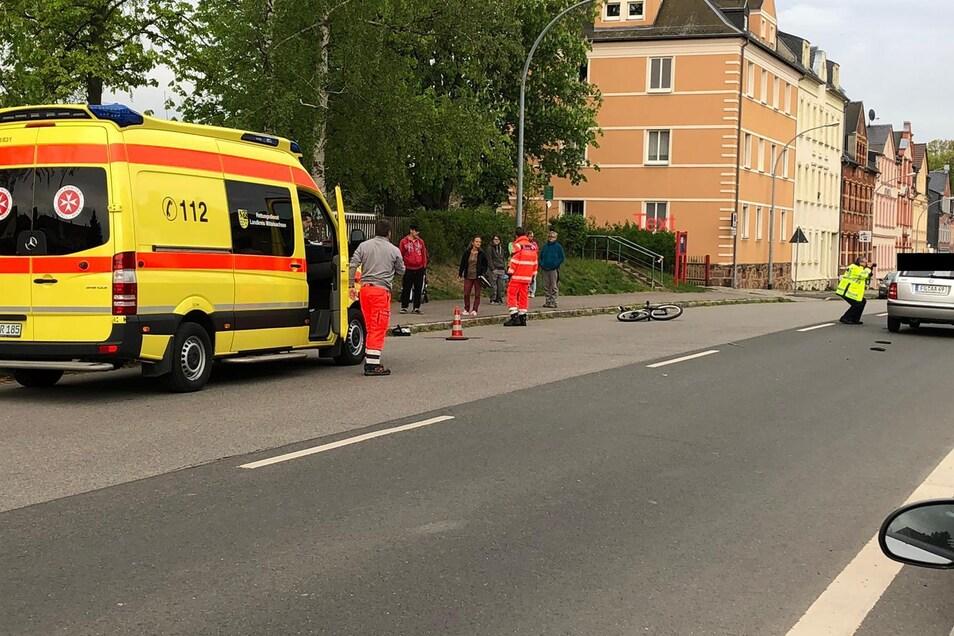 Der Radfahrer wurde mit einem Hubschrauber in eine Klinik geflogen.