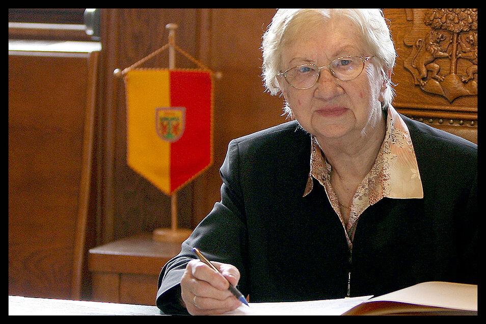 Besondere Ehre für Ausnahmesprinterin Elfriede Preibisch. Anlässlich ihres 90. Geburtstages durfte sie sich ins Goldene Buch der Stadt Pirna eintragen.