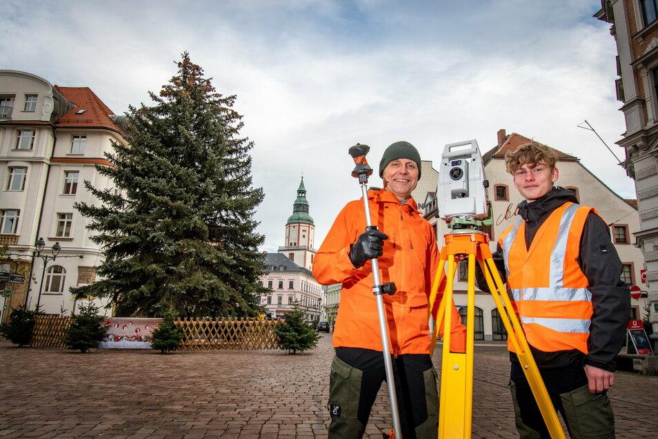 Detlef Wuttke (rechts) und Nico Körner, angehender Vermessungstechniker im zweiten Lehrjahr, haben am Freitag den Döbelner Weihnachtsbaum vermessen.