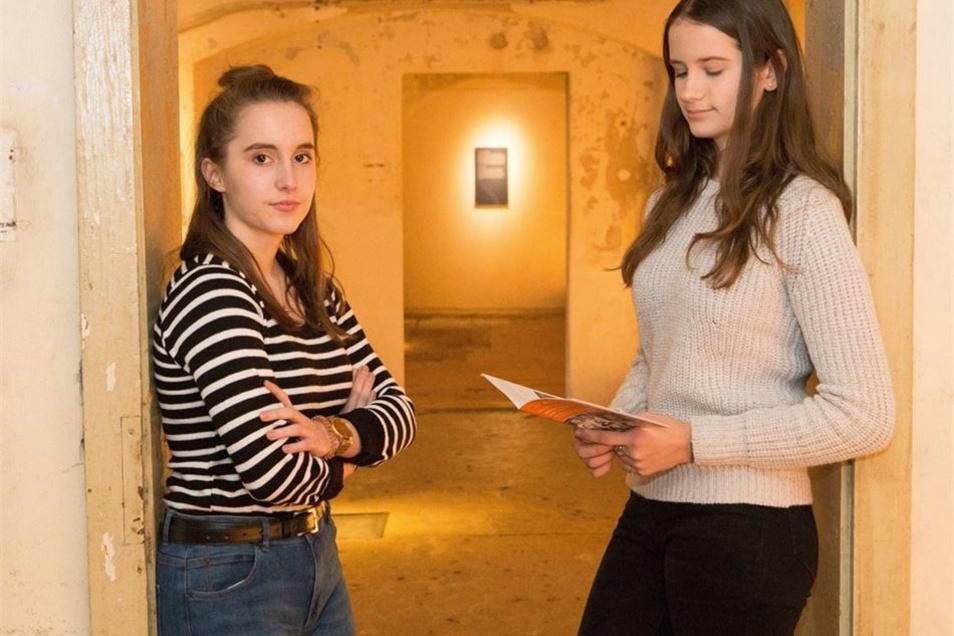 """""""Hoffentlich haben die Menschen daraus gelernt."""" Die Schiller-Gymnasiastinnen Melanie Richter (16, links) und Ricarda Richter (15) im einstigen Tötungskeller, heute Teil der Gedenkstätte Sonnenstein."""