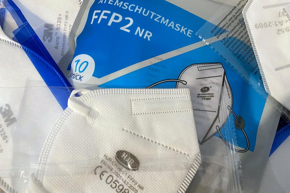 Geprüfte FFP2-Masken lassen sich am CE-Kennzeichen samt Prüfnummer erkennen. Außerdem wird auf die entsprechende Norm EN 149 hingewiesen und der Hersteller ist aufgedruckt.