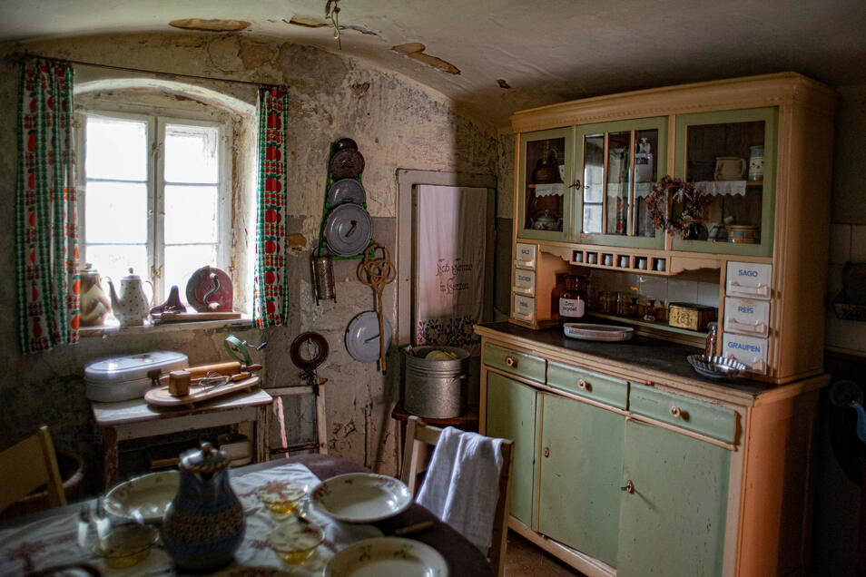 Im Inneren hat Heike Hilsberg ihren über Jahre gesammelten Trödel untergebracht und so ein kleines, privates Museum geschaffen. Ab und zu lässt sie Fremde hinein blicken.
