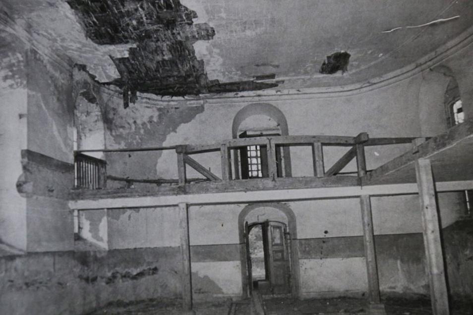Um 1989/90 bröckelte es in der Kirche von Wänden und Decke.