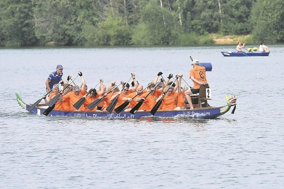 Sonne, Wasser, Drachenboot – auf der Talsperre Malter kämpften am Sonnabend 15 Teams um Pokale. So wie hier die Mannschaft aus Oelsa.  Foto: Egbert Kamprath