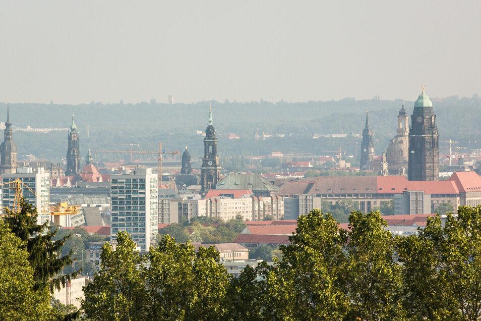 Blick auf die Innenstadt aus Richtung Süden: Der Turm des neuen Verwaltungszentrums könnte Frauen- und Dreikönigskirche teilweise verdecken.