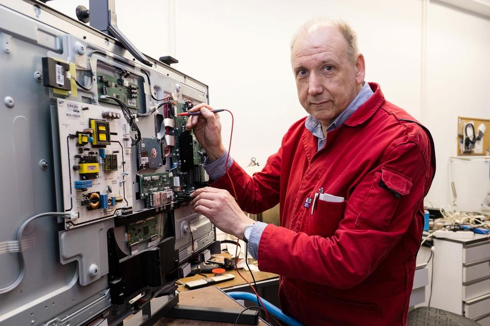 Bernd-Uwe Kabst, Meister bei Gunter Ende in Görlitz, repariert einen Fernsehapparat.