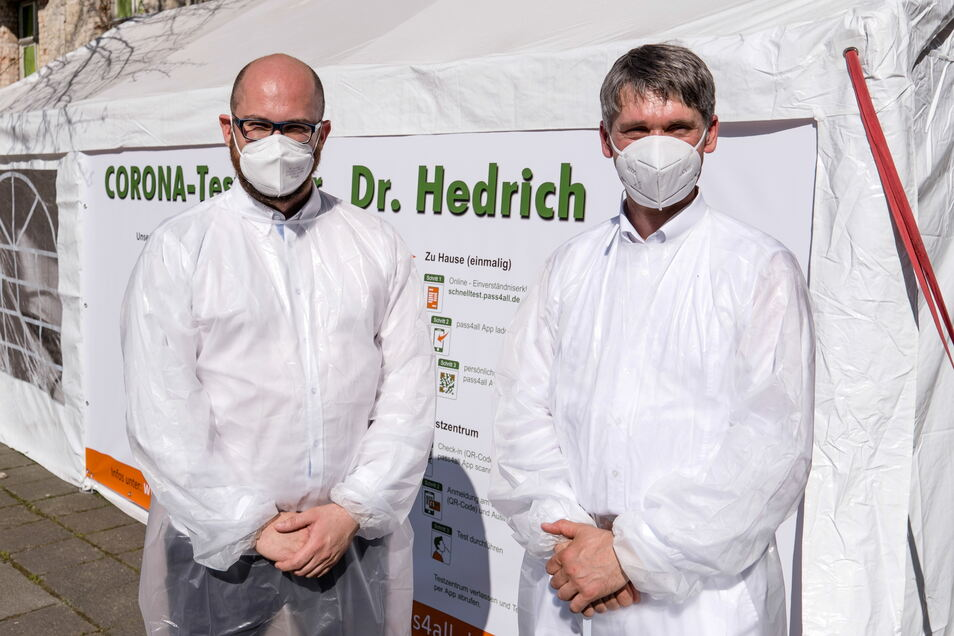 Henry Hedrich (re.) und Mitarbeiter Martin Winkler vor dem Testzentrum der Praxis in Görlitz.