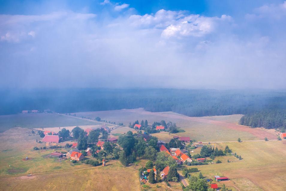 Rauchwolken ziehen über die kleine Ortschaft Hohen Woos am Rande des ehemaligen Truppenübungsplatzes in der Nähe von Lübtheen.