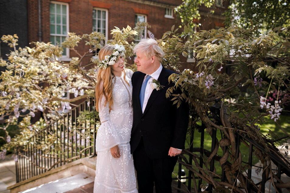 Boris Johnson hat Carrie Symonds in einer kleinen Zeremonie in der Westminster Cathedral geheiratet.