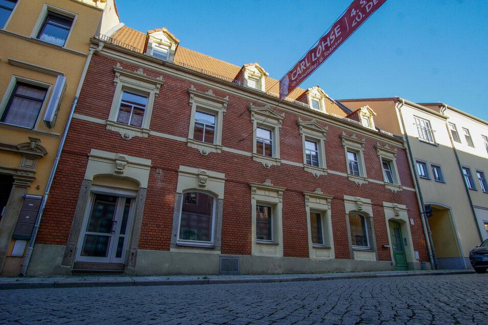 In diesem Haus an der Dresdner Straße wohnte Carl Lohse. Sein Atelier befand sich im Hof. Schautafeln im Durchgang erinnern daran.