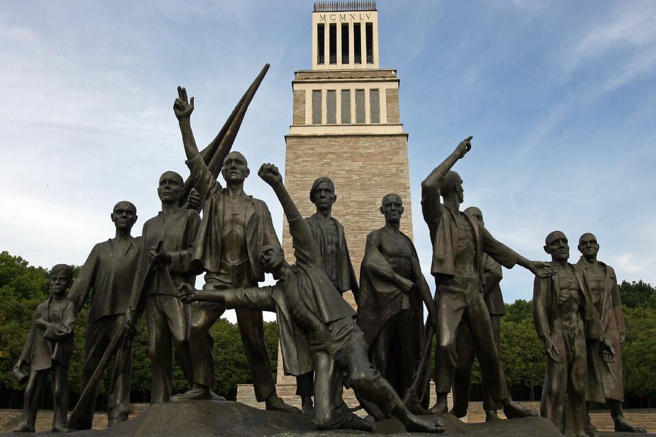 Die Gedenkstätte des früheren KZ Buchenwald mit dem Glockenturm und der Cremer-Plastik bei Weimar.