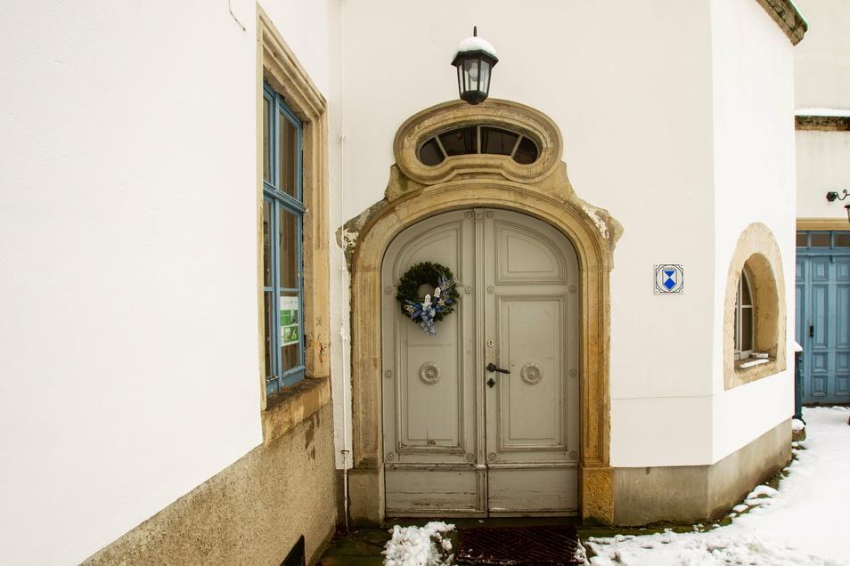 Die Holztür am Eingang zum Schloss wird 2021 ebenfalls historisch aufgearbeitet.