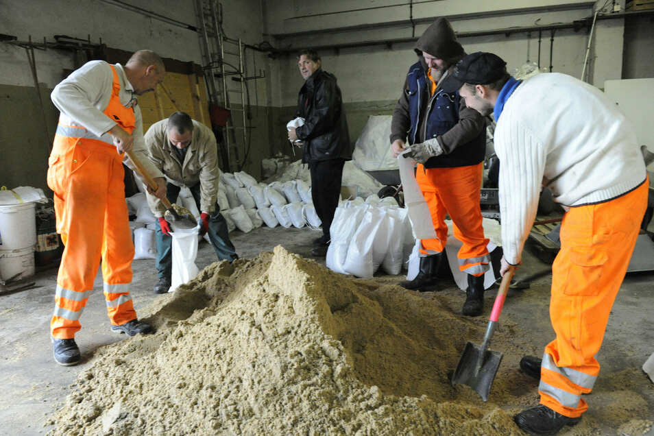 Im Stadtbauhof wurden am 27. September schon vorsorglich viele Sandsäcke zusammengepackt.