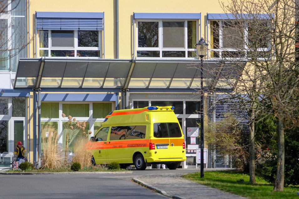 Ein Krankenwagen steht vor dem Fachkrankenhaus in Coswig. Das Lungenfachzentrum nimmt seit Ende März Covid-19-Patienten aus dem Ausland auf.