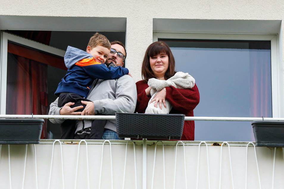Quarantäne in der Drei-Raum-Wohnung: Nach einem Versäumnis im Gesundheitsamt müssen Cindy Rücker und Florian Güttler mit ihren Kindern Lionel (5) und Kilian jetzt noch länger in Isolation ausharren.