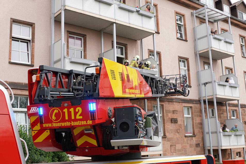 Die Bautzener Berufsfeuerwehr holte am Dienstagnachmittag eine Seniorin aus ihrer verqualmten Wohnung an der Thomas-Müntzer-Straße. Der Frau war Essen angebrannt.