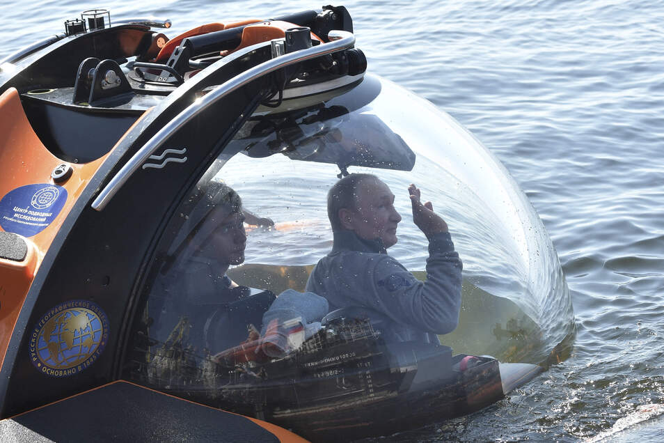 Putin taucht mit dem Forschungs-U-Boot C-Explorer 3.11 zu einem im Zweiten Weltkrieg nahe Hogland gesunkenen U-Boot ab.