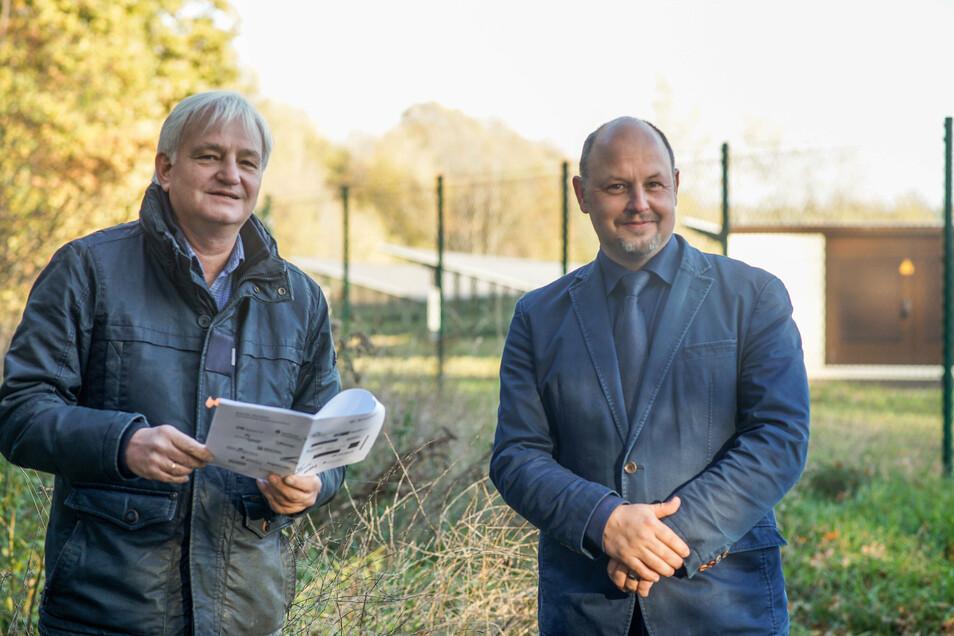 Genau an der Gemeindegrenze von Doberschau-Gaußig und Göda soll der vorhandene Solarpark wachsen. Gödas Bürgermeister Gerald Meyer (l.) und Bürgermeister Alexander Fischer aus Doberschau-Gaußig unterstützen das Vorhaben.