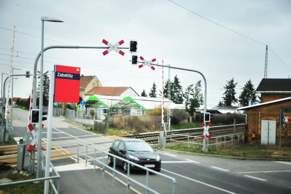 So stellt sich der Bahnübergang Zabeltitz zurzeit dar. Er soll nun umgebaut werden. Und die Stadt Großenhain hat ihre Wunschvariante jetzt beschlossen.