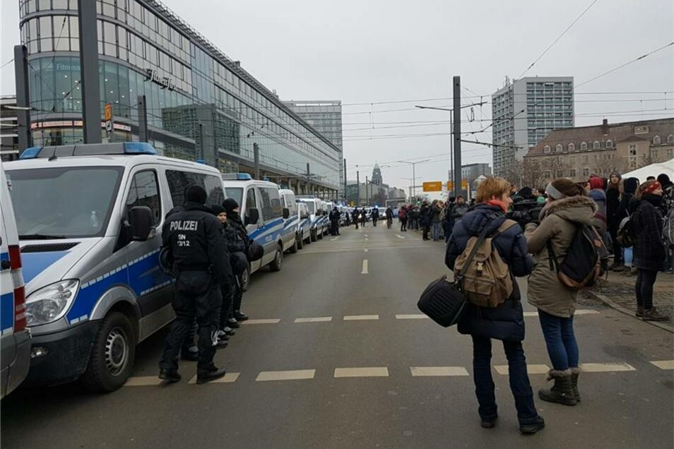 Die Polizei ist mit einem Großaufgebot am Hauptbahnhof, die St. Petersburger Straße ist dicht.