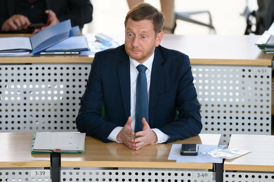 AMichael Kretschmer (CDU), Ministerpräsident von Sachsen, verfolgt im Landtag eine Debatte. Michael Kretschmer.