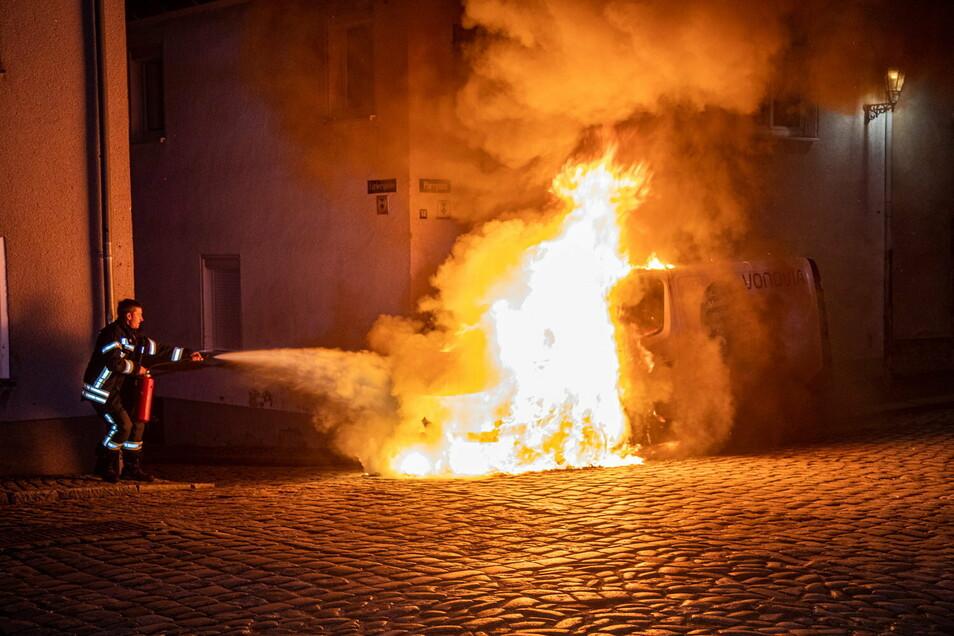 In der Nacht zum zweiten Weihnachtsfeiertag wurde in der Pfarrgasse in Bischofswerda ein Opel-Transporter angesteckt.