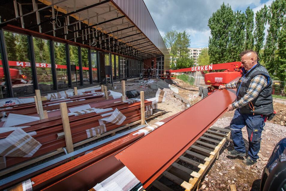 Seit einigen Tagen wird wieder an der Fassade der Sporthalle in Döbeln Nord gearbeitet. Diese war über Monate unvollendet geblieben.