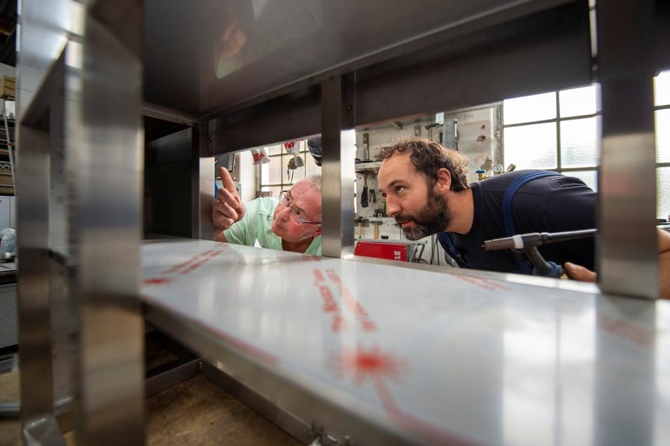 Chromplan-Geschäftsführer Torsten Fuchs (l.) baut mit seinem Mitarbeiter Marcel Wieland eine Installationswand für Großküchen aus Edelstahl.
