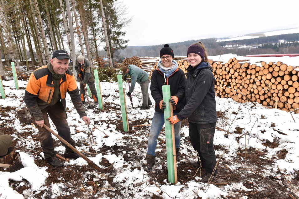 Beatrice und Marcel Rinke mit Tochter Emily bepflanzen die künftige Waldkante.